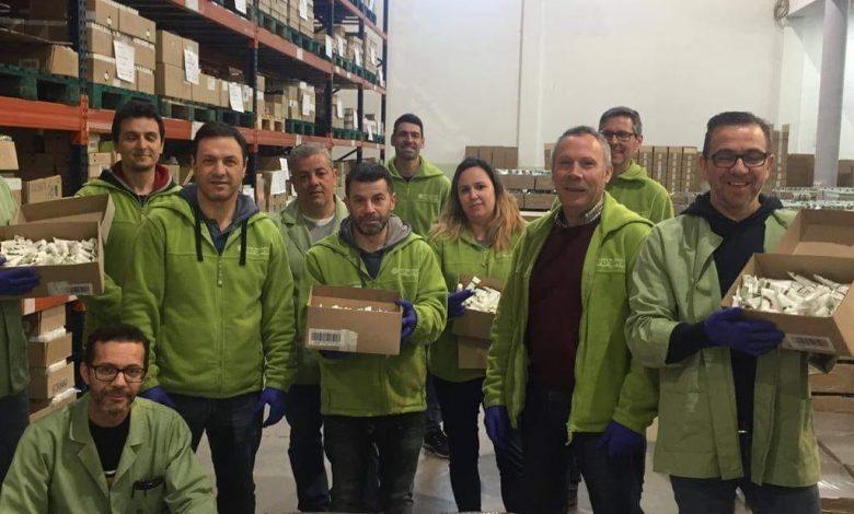 Equipa do Armazém da Yves Rocher Portugal a preparar embalagens de artigos para doação a unidades hospitalares